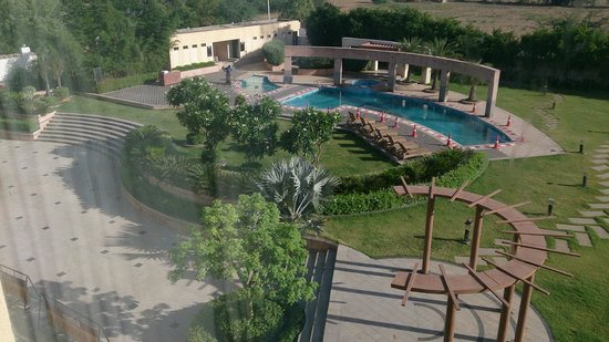 Country Inn & Suites By Carlson Ajmer: Pool & Garden Area