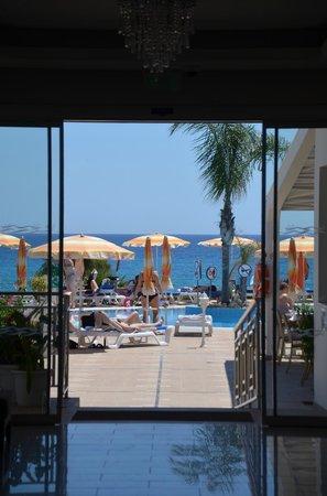 Asterias Beach Hotel: Blick aus dem Hotel zum Pool und Strand