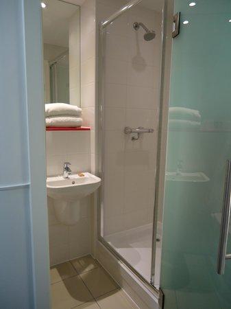 Point A Hotel, London Westminster: Petite salle de bains très propre
