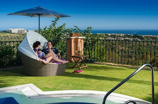 The Marbella Heights Boutique Hotel: Enjoy at the pool !!