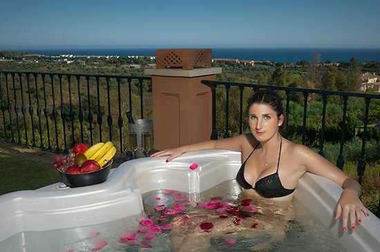 The Marbella Heights Boutique Hotel: Outside Jacuzzi