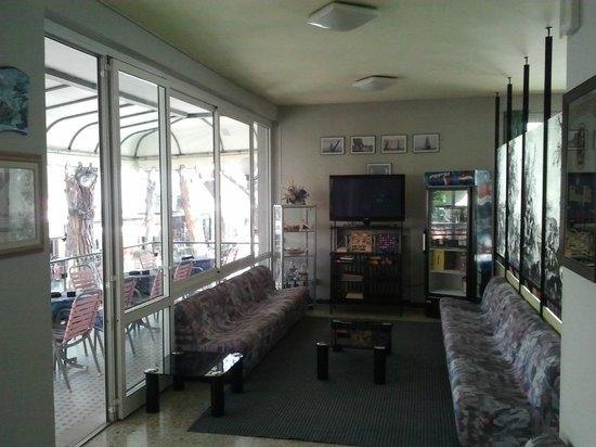 Hotel Caravelle: Sala TV