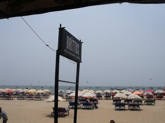 Britto's: Entrance from the beach
