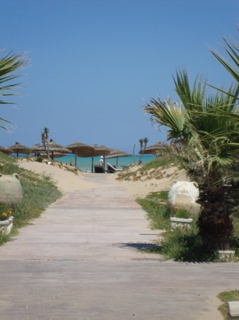 The Residence Tunis : pathway to the beach area