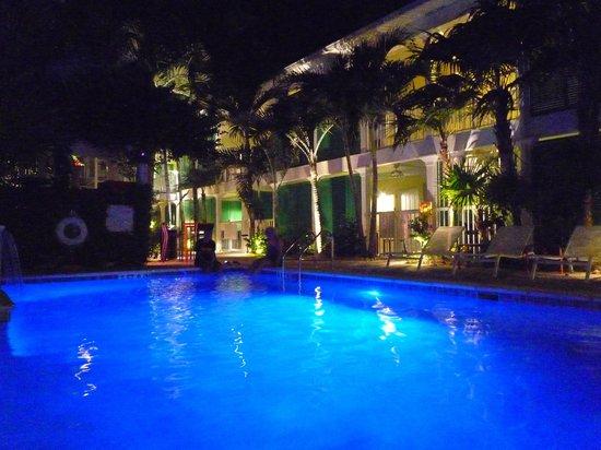 Almond Tree Inn: Patio central avec piscine