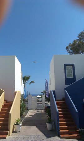 Apartamentos THe Morromar : veiw from pool with plane in pic