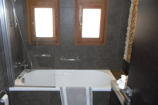 Theartemis Palace Hotel: Bathroom
