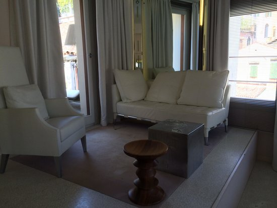 Palazzina G: Raised lounge area