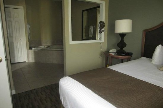 Wyndham Smoky Mountains: our room - master bedroom w hottub