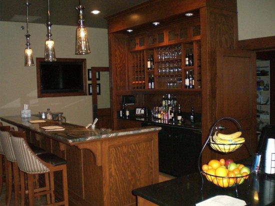 Hotel Elliott: Lobby evening wine bar/morning breakfast bar