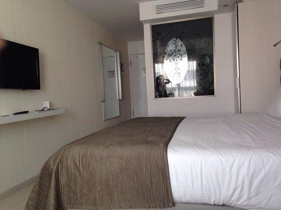 Eurostars Book Hotel: Habitación 626, muy pequeña y estrecha