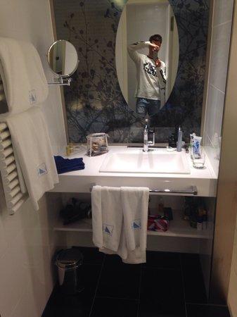Eurostars Book Hotel: Baño extremadamente pequeño, ridículo, decepcionante