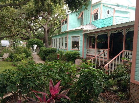 Cedar Key Bed and Breakfast: View from back yard looking at veranda and dining room