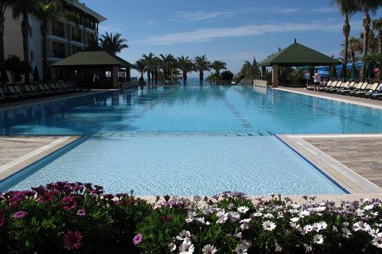 Alva Donna Beach Resort Comfort: buitenzwembad (bovenste)