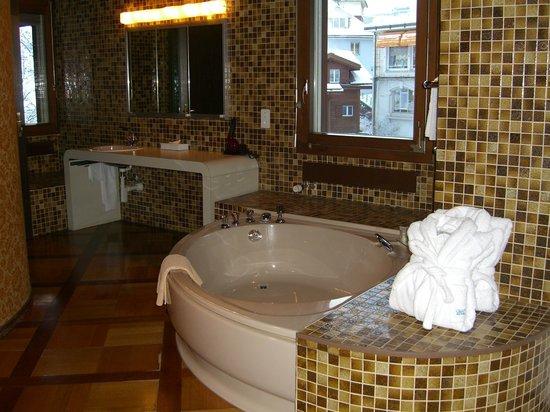 Grand Hotel Regina Grindelwald: Джакузи в огромной спальне