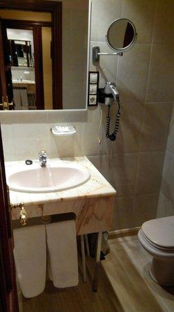 Tibur Hotel: Baño