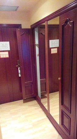 Hotel Tibur: Armarios en el recibidor