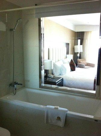Best Western Premier Tuushin Hotel: Окно из ванной