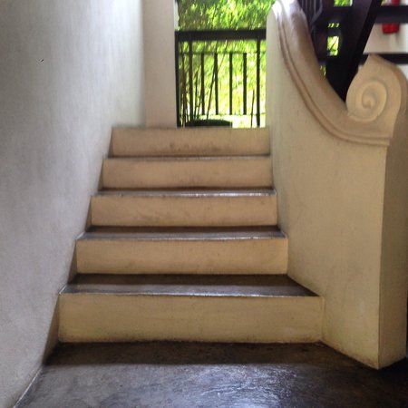 Tri Yaan Na Ros Colonial House: Staircase to first floor