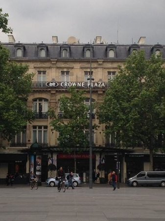"Crowne Plaza Paris Republique : the view of our room top floor above the ""c"""