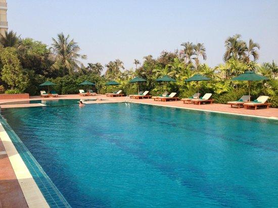 Sofitel Phnom Penh Phokeethra: Pool