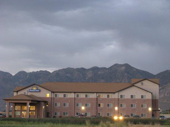 Days Inn Brigham City: Night time Outside