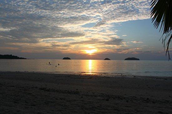 Kaibae Hut Resort: пляж вечером
