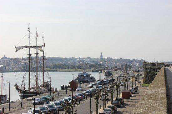 Les remparts de Saint-Malo : Vue sur le port