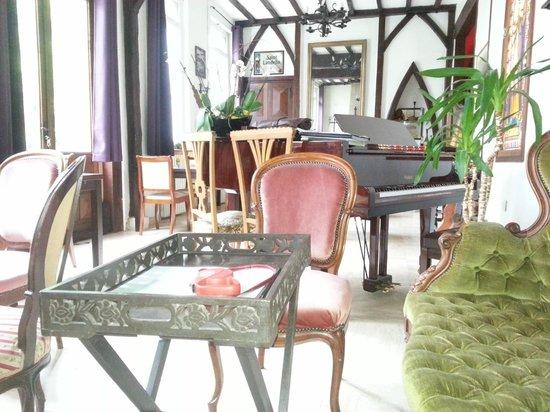 La Ferme en Ville : Le salon et son piano