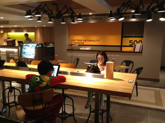 Hotel Nikko Narita: Kids in a common area where guests can have coffee/tea and use the wifi.