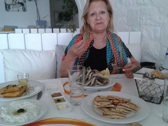 Avli Tou Thodori: Pita pane con salsa tzatziki e alici fritte