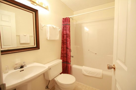 McLaren Lodge B & B: Private bathroom with tub/shower in every room