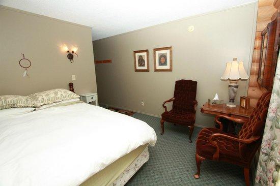 McLaren Lodge B & B: Cozy queen room