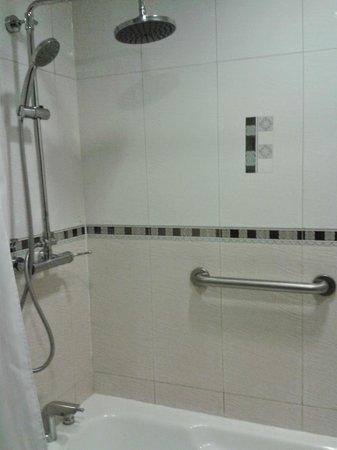 Wyndham Garden Paramaribo: Wyndham shower