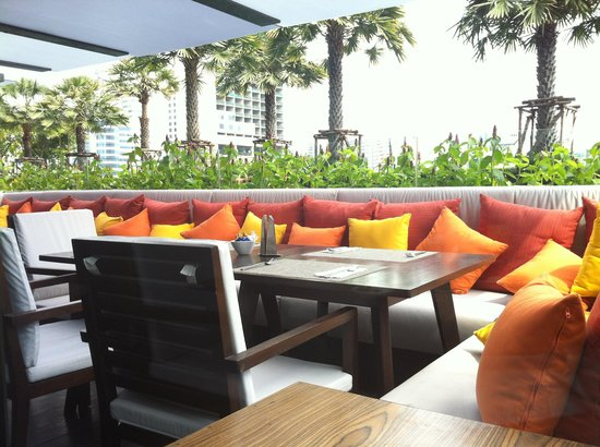 Holiday Inn Bangkok Sukhumvit: Poolside Dining Area