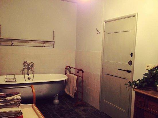 DoOr10 B&B: Adjoined bathroom.