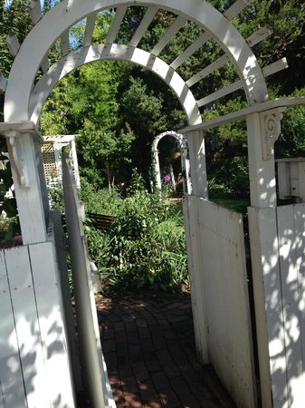 Dr. Dodson House Bed & Breakfast : Arbor leading to garden