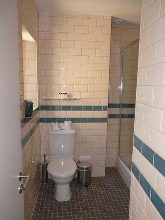 Brooks Hotel Edinburgh : WC dans la salle de bain neuve