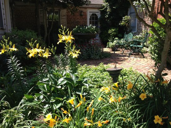 Dr. Dodson House Bed & Breakfast: Courtyard garden in bloom