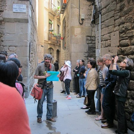Runner Bean Tours Barcelona: Our guide Gorka at a stop in the Jewish Quarters of the Ciutat Vella
