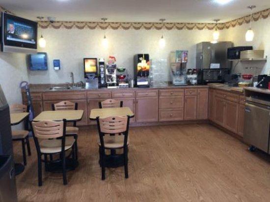 Econo Lodge: Renovsted Breakfast Area