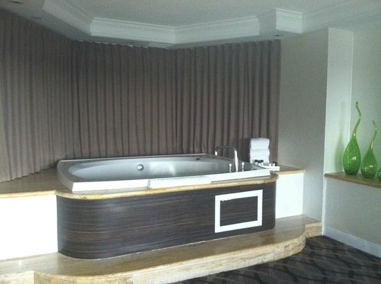 Golden Nugget: Spa Suite Jacuzzi in Living Room Area