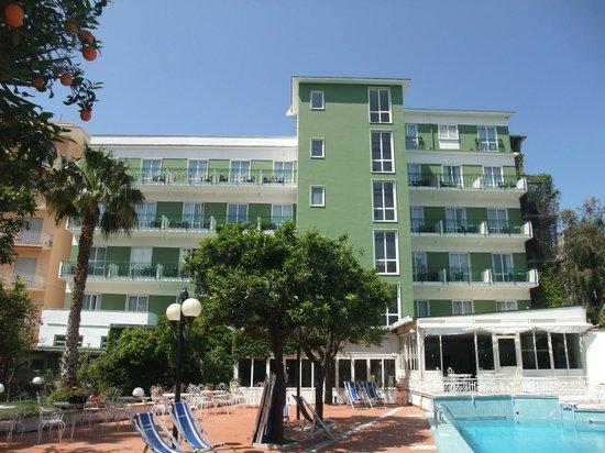 Carlton International Hotel: Camere vista Piscina