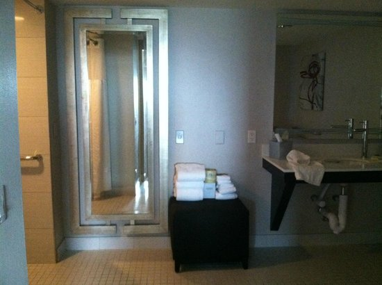 Golden Nugget : Mini Suite Handicap Bathroom