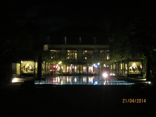 Rin at Conrad Bali: Night view accross from the swimming pool