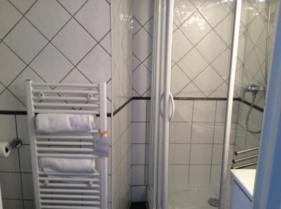 Hotel de la Marine: salle de bain ou les contorsions sont de rigueur