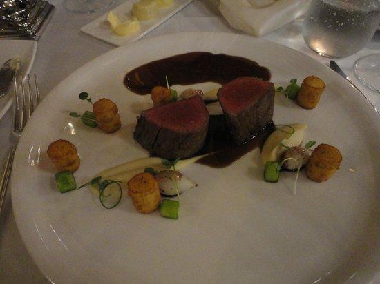 Salon Fine Dining Restaurant: Filetto di manzo con salsa al vino rosso e verdure