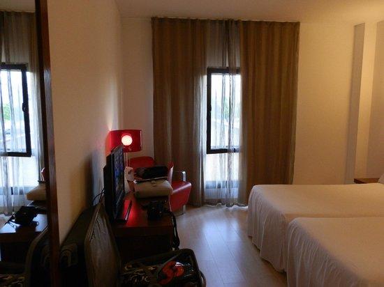 Tryp Zaragoza Hotel: Habitacion desde la entrada