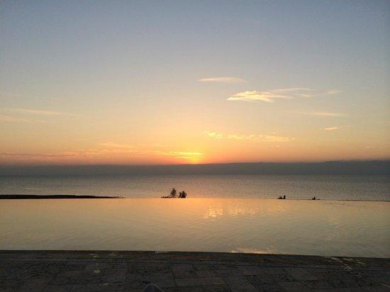 Kempinski Hotel Ishtar Dead Sea: Piscina aquecida com borda infinita