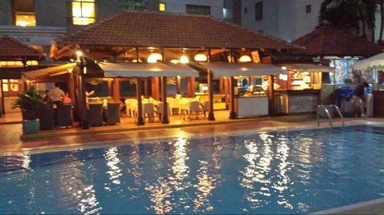 Somerset Ho Chi Minh City : pool by night